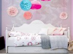 romantic-bedbank-met-pompoms